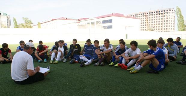 Учащиеся на футбольном поле